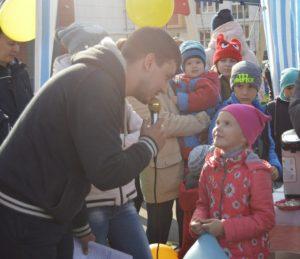 Дети участвуют в конкурсе на празднике шоколада