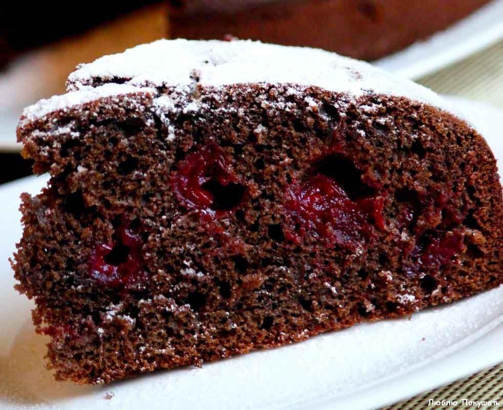 Готовый шоколадный пирог с вишней